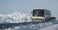 Архивное фото автобуса на заснеженной трассе