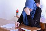 Архивное фото школьницы в хиджабе