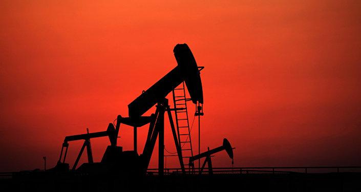 Архивное фото нефтекачалки