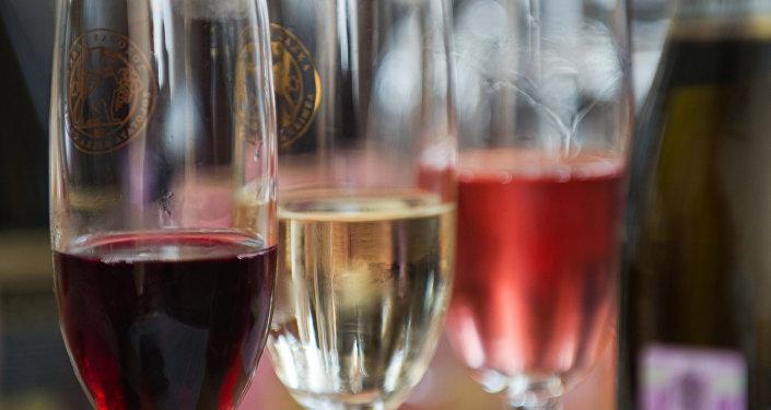 Архивное фото вина в бокалах