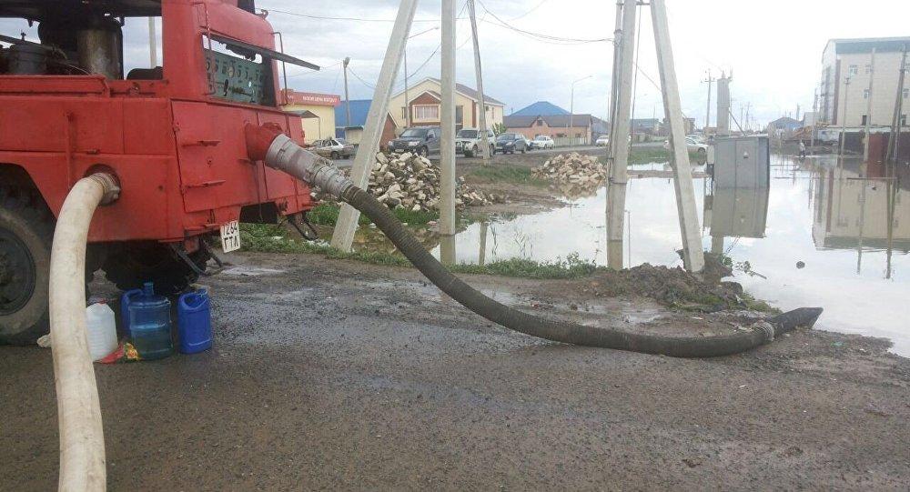 Откачка воды в поселке Макат