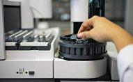 Лаборант првоерят образцы тестирования на допинг. Архивное фото