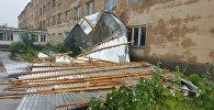 Сильный ветер снес крышу здания в ЮКО