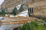 Сильный ветер снес крышу здания, архивное фото