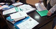 Архивное фото обыска и изъятия документов