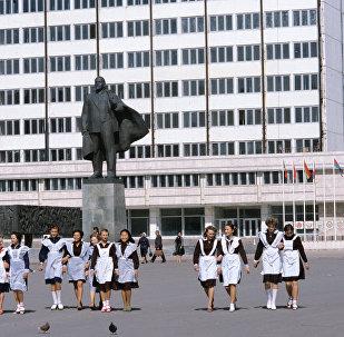 Школьницы на площади Ленина. Целиноград. Казахская ССР.