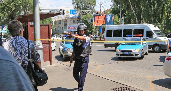 Алматыда атыс болған жерде жүрген полицейлер, 18 шілде 2016 жыл