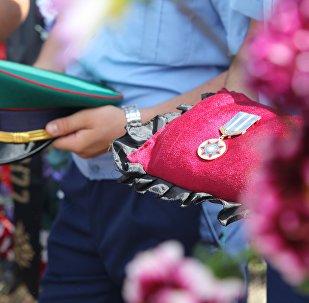 Архивное фото награждения медалью