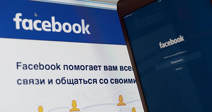 Снимок экрана, на котором изображен логотип и страница социальной сети Facebook