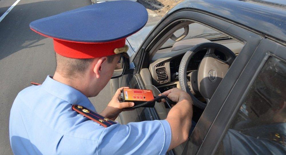POS-терминал у дорожного полицейского в Петропавловске
