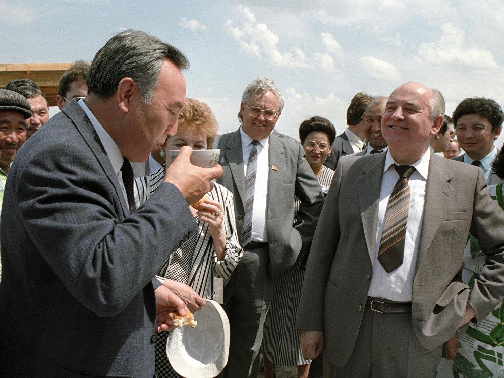 Көрмеден сурет: КСРО президенті Михаил Горбачев (оң жақта) және Қазақстан президенті Нұрсұлтан Назарбаев (сол жағында)