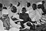 Махатма Ганди среди членов Национального конгресса в Бомбее, 1934 год. Архив РИА Новости