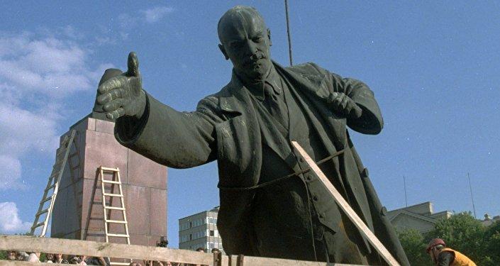 Памятник Ленину демонтирован и загружен на грузовик.
