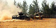 Турецкие танки и бронетранспортер размещены вблизи турецко-сирийской границы.