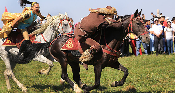 Девушка догоняет парня на коне