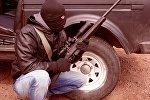 Вооруженный человек в маске