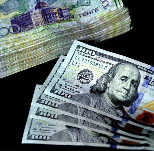 Архивное фото долларов и тенге