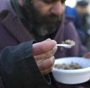 Архивное фото бездомного мужчины