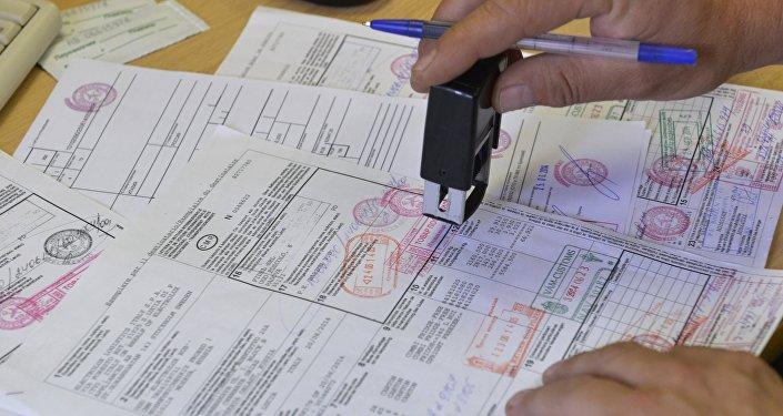 Архивное фото сотрудника таможенного поста  с печатью и документами