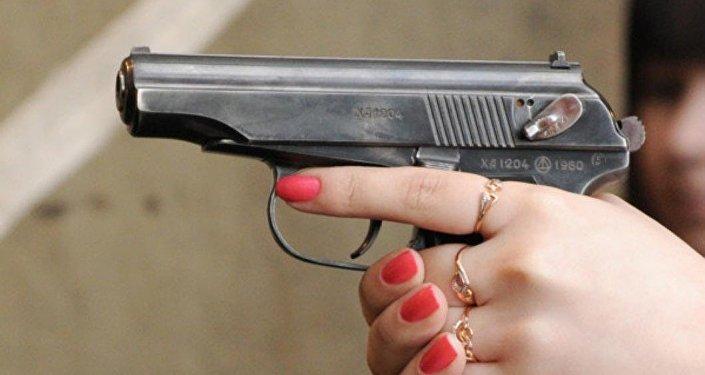 Архивное фото пистолета в женских руках