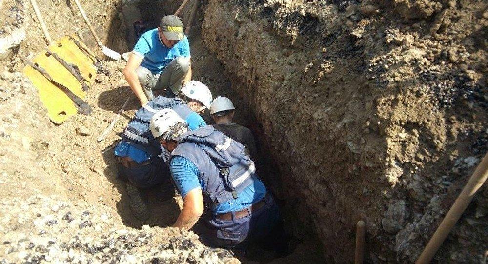 Рабочего спасли после того, как его засыпало грунтом в траншее в Усть-Каменогорске