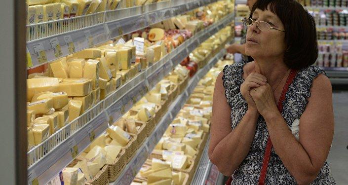 Архивное фото покупательницы перед витриной в магазине