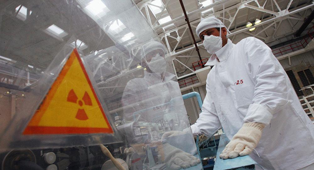 Работник линии для атомных реакторов, архивное фото