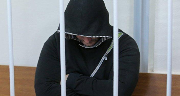 Архивное фото мужчины в клетке для подсудимых